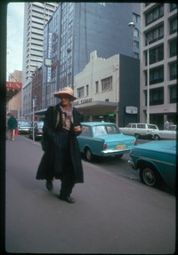 ss 050 1970 06 20 odd character on streets of sydney while i talked to art vendor